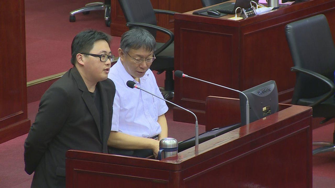 台北市長柯文哲赴議會進行市政報告,議員質詢是否參選總統。攝影/記者謝育炘