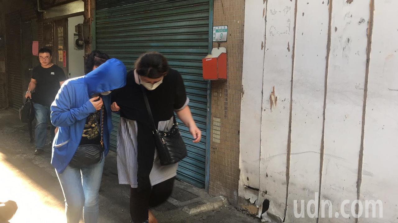 死者辜錦和的妻子(左)在家屬攙扶下,勉強返回現場招魂。記者袁志豪/攝影
