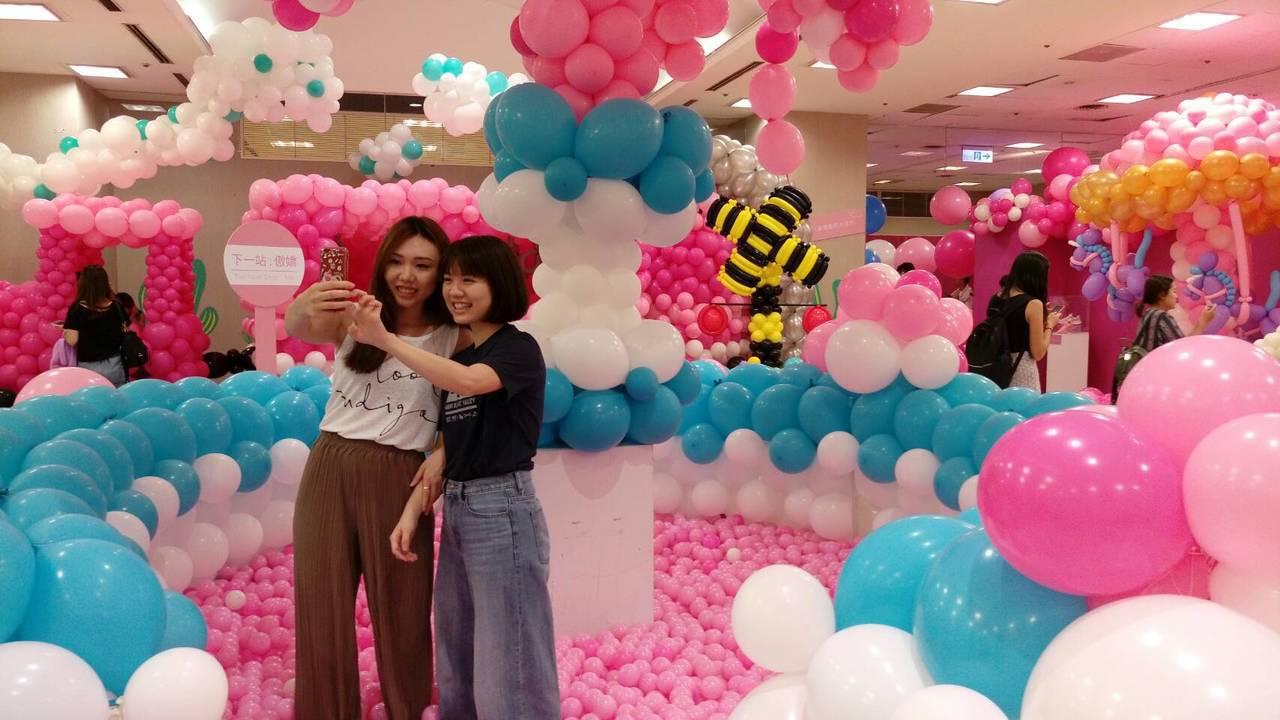 新光三越台北站前店推出「抱歉,我有公主病-粉紅泡泡氣球展」。記者黃仕揚/攝影