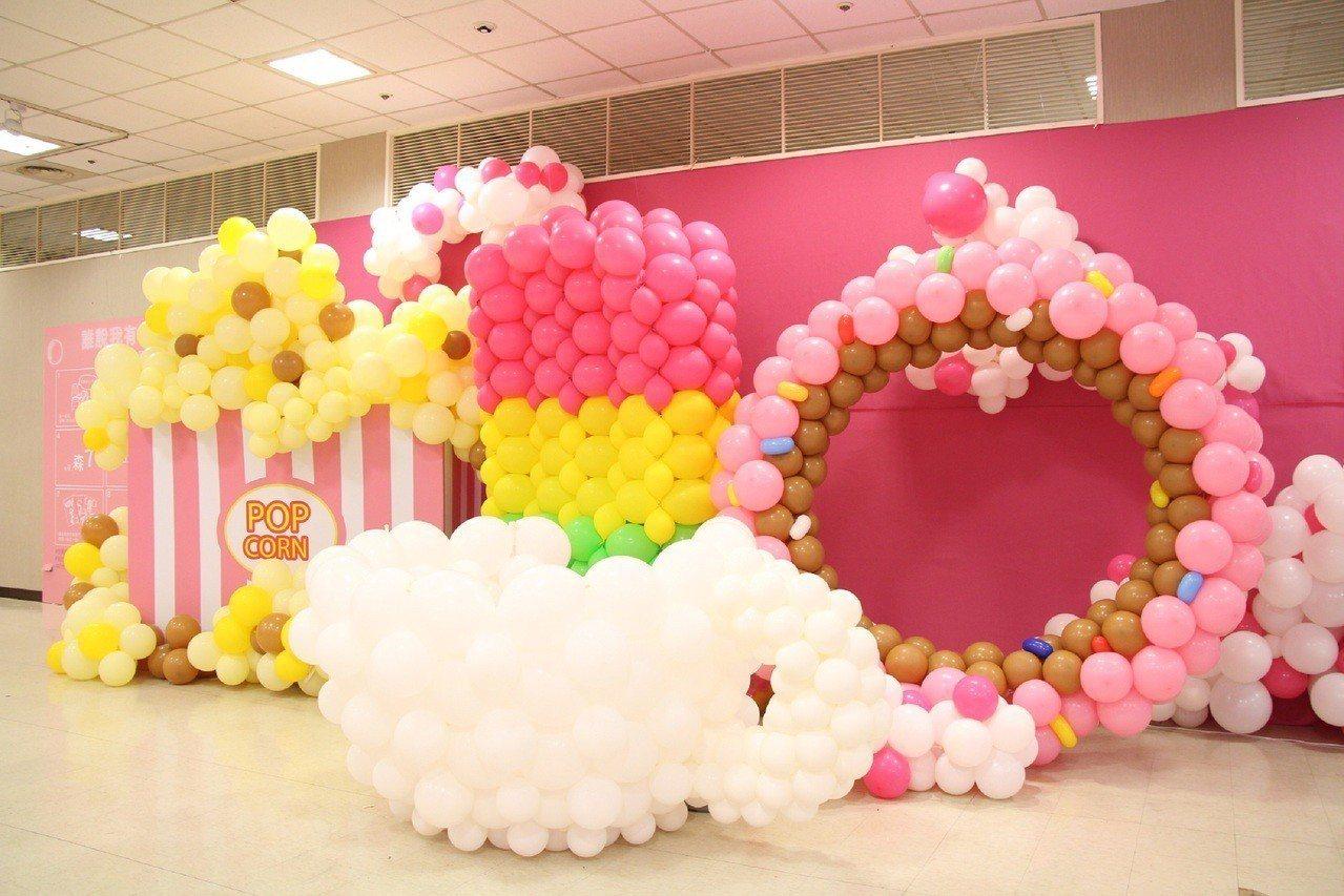 用氣球打造的比妹子們高的巨型甜點。圖/新光三越提供