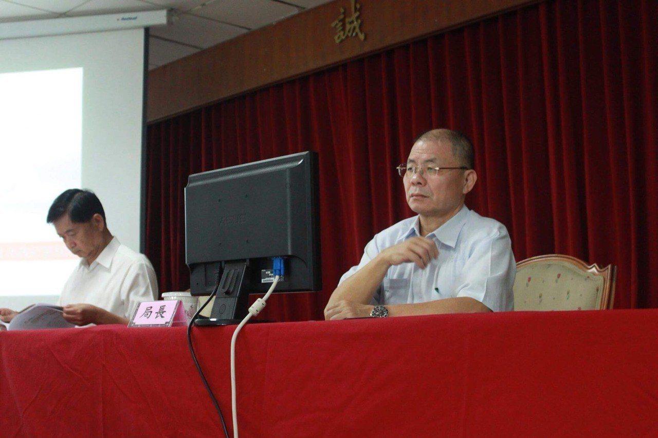 新北市警察局長胡木源(右)自本月6日起開始巡查轄內各分局「友善通報網」以及「安居...