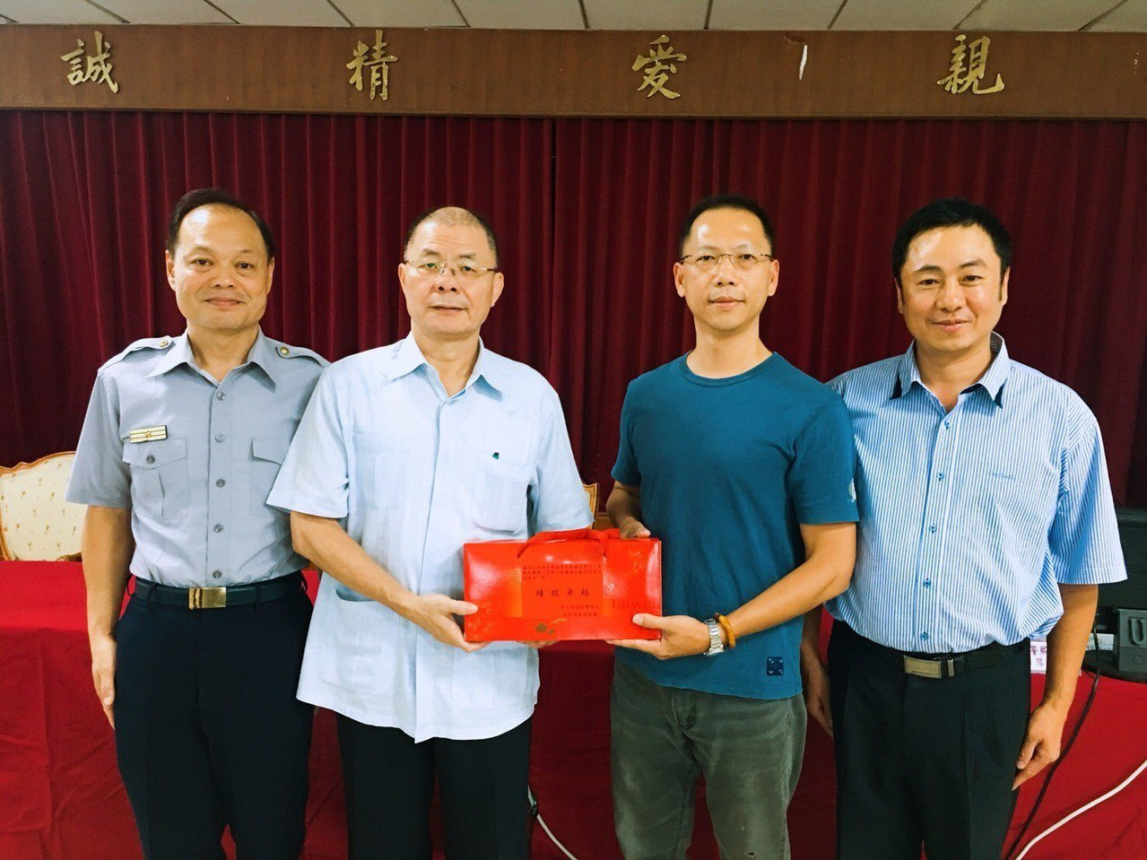 新北市警察局長胡木源(左二)頒發破案茶給蘆洲分局破案有功人員。記者袁志豪/翻攝