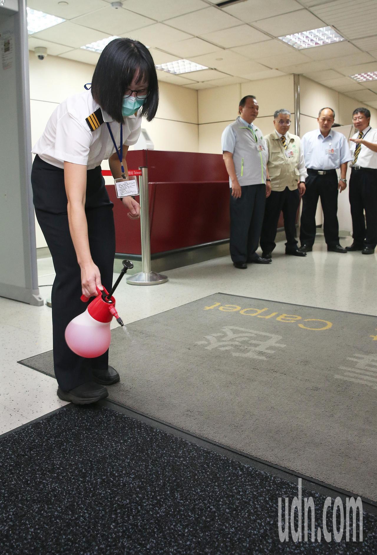 農委會主委林聰賢(左二)8日下午巡視桃園機場防疫作為,防檢局工作人員在入境長廊佈...