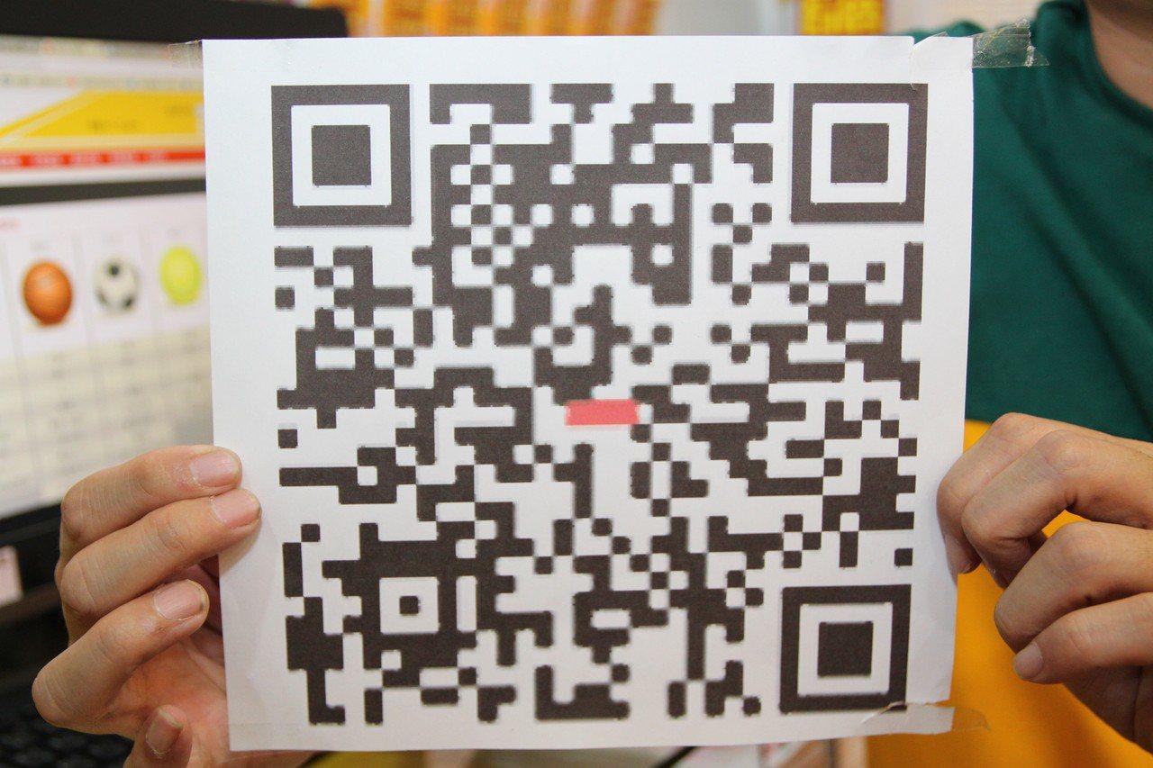 中華民國運動彩券經銷商商業同業公會理事長何昱奇說,掃描券商的QR-code就可以...