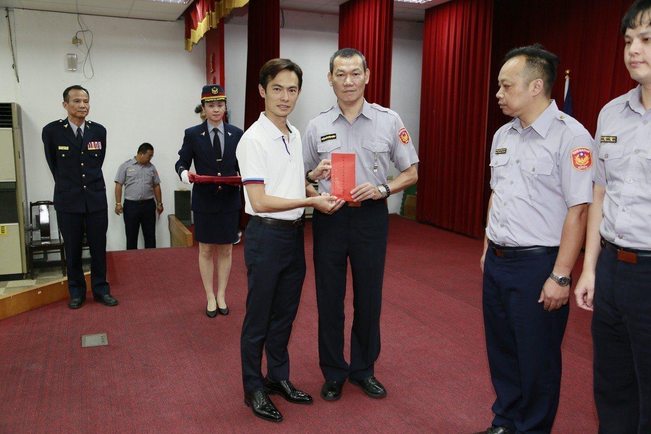 新北市警友會顧問游伯湖(左)頒發破案獎金。記者袁志豪/翻攝