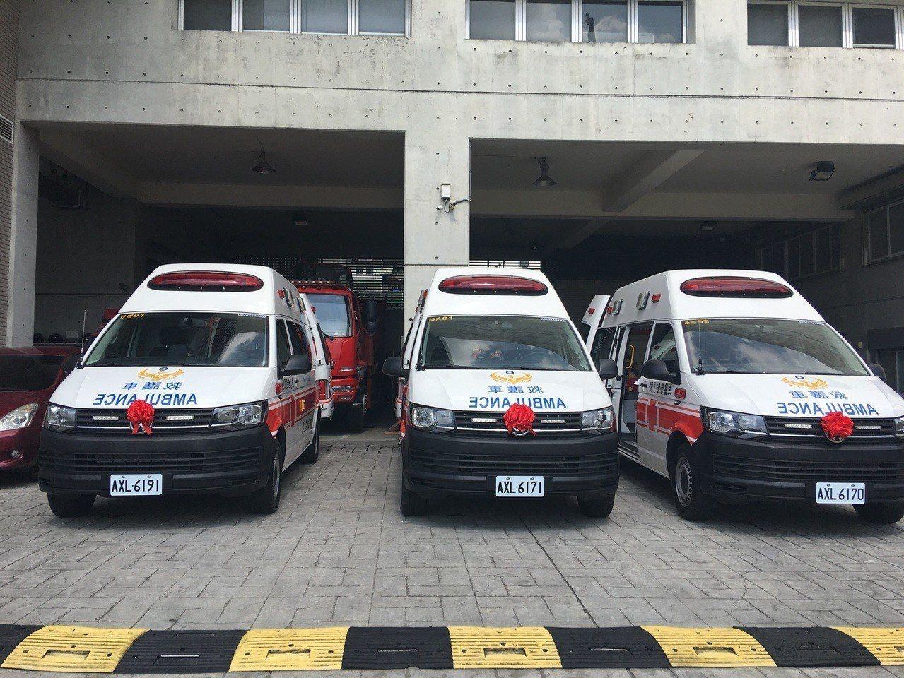 三星營造股份有限公司捐贈消防局南勢、裕民及竹圍分隊要價300萬元的最新型救護車各...
