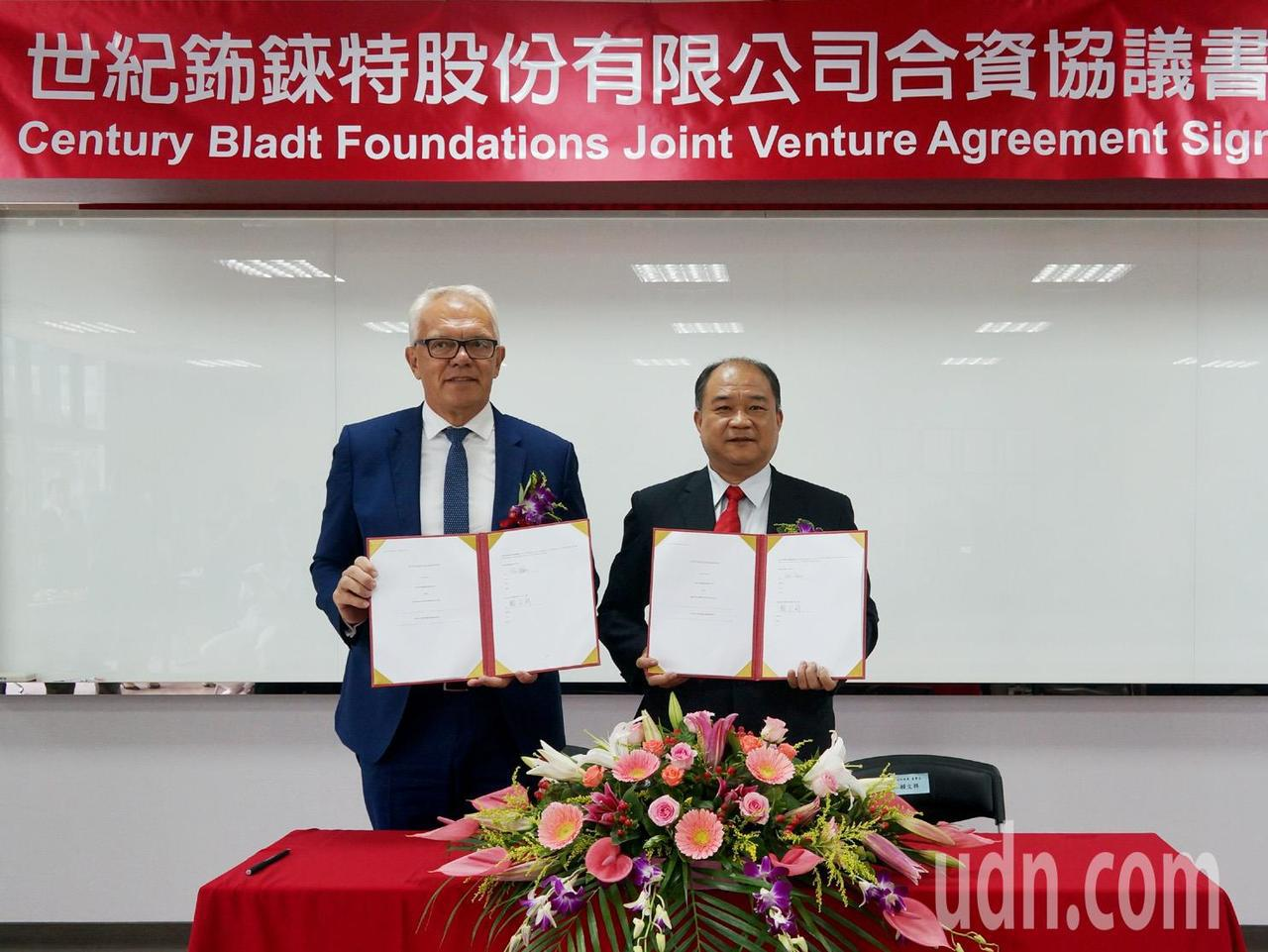 世紀鋼構董事長賴文祥(右)與丹麥商Bladt執行長默天森(左)共同簽訂世紀鈽錸特...