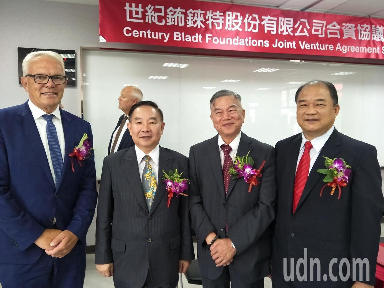 世紀鋼構董事長賴文祥(右一)與丹麥商Bladt執行長默天森(左一)簽訂世紀鈽錸特...