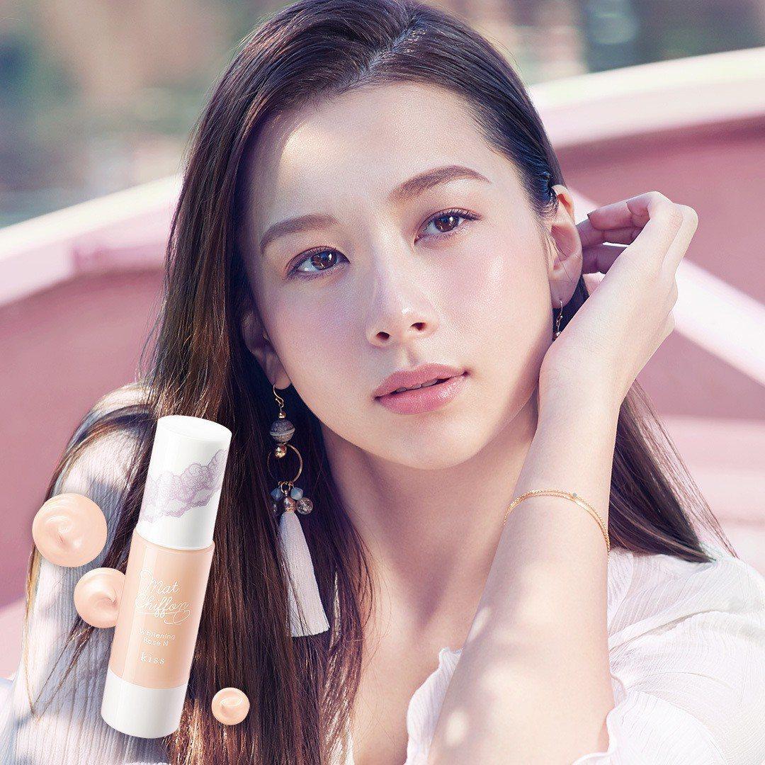 日本第一美女丹羽仁希(Niki)完美演繹kiss的命定裸紗肌。圖/kiss提供