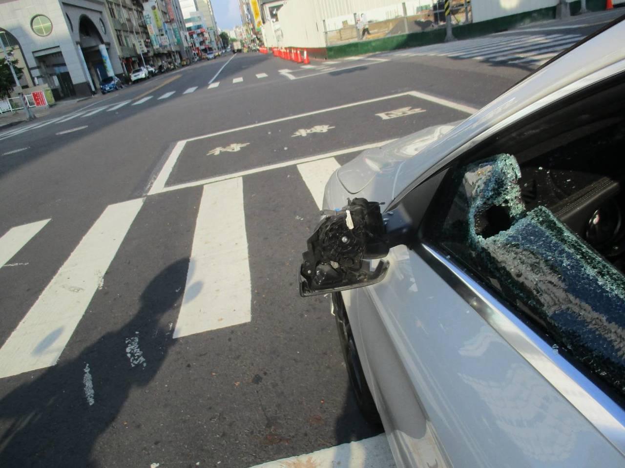游等人在距離酒吧不到300公尺遠的六合二路上,再攔下賓士車猛砸。記者張媛榆/翻攝