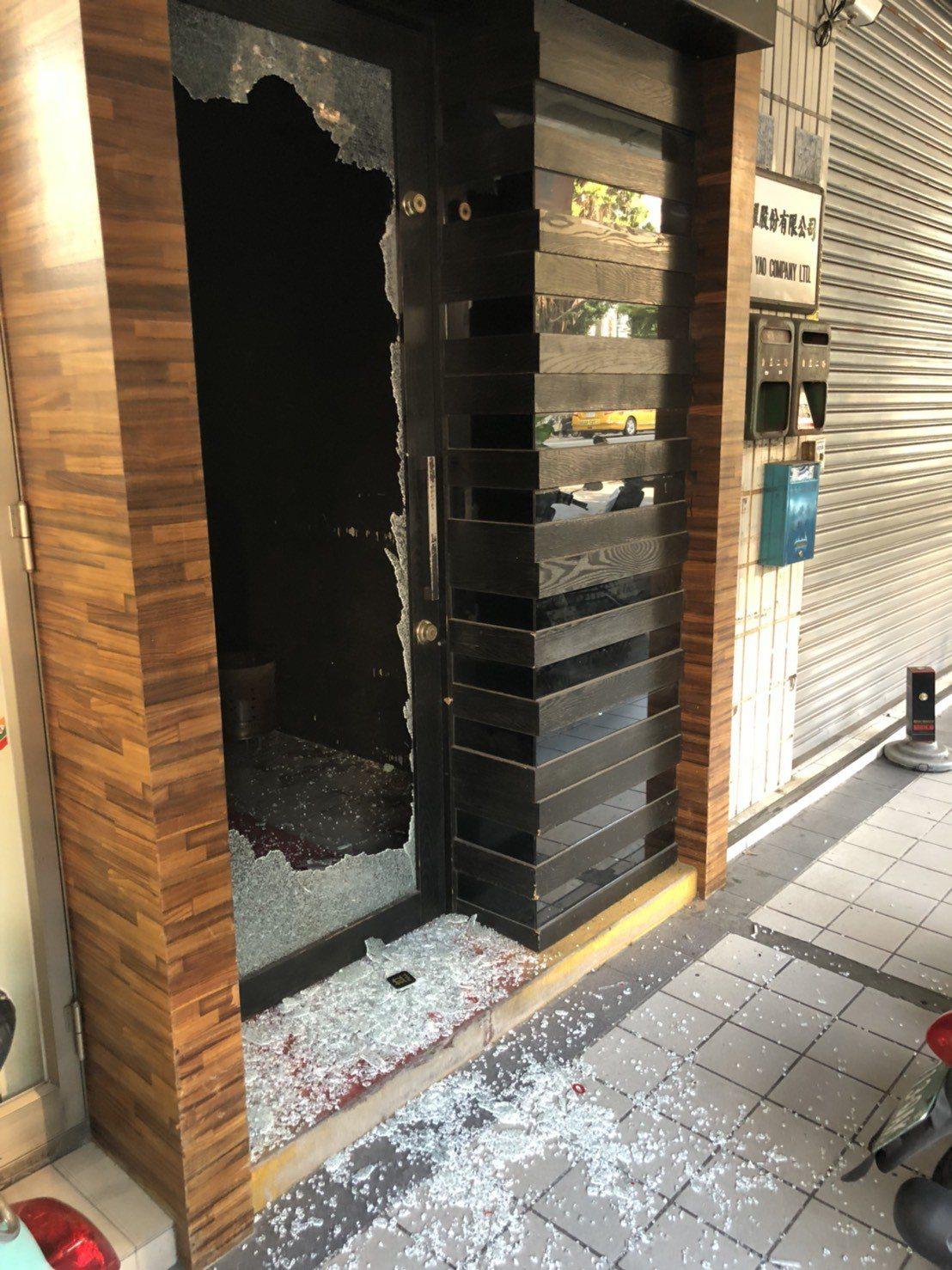 游等人砸毀酒吧一樓玻璃門。記者張媛榆/翻攝