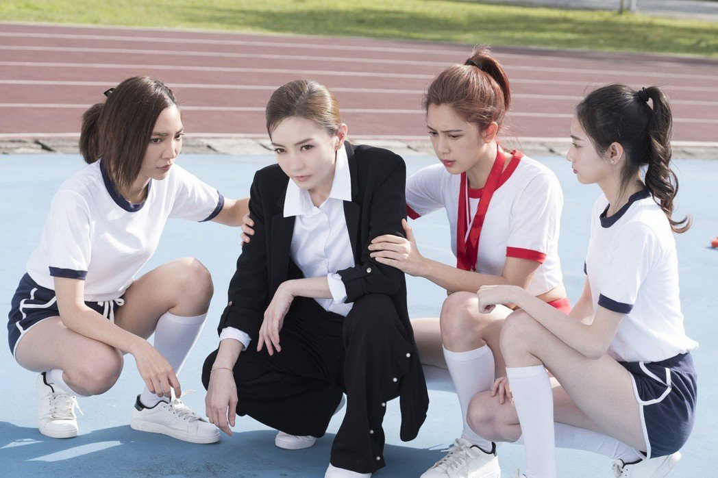 謝金燕(左2)與劉奕兒(右2)在電影中演姊妹,有不少對手戲。圖/群星瑞智提供