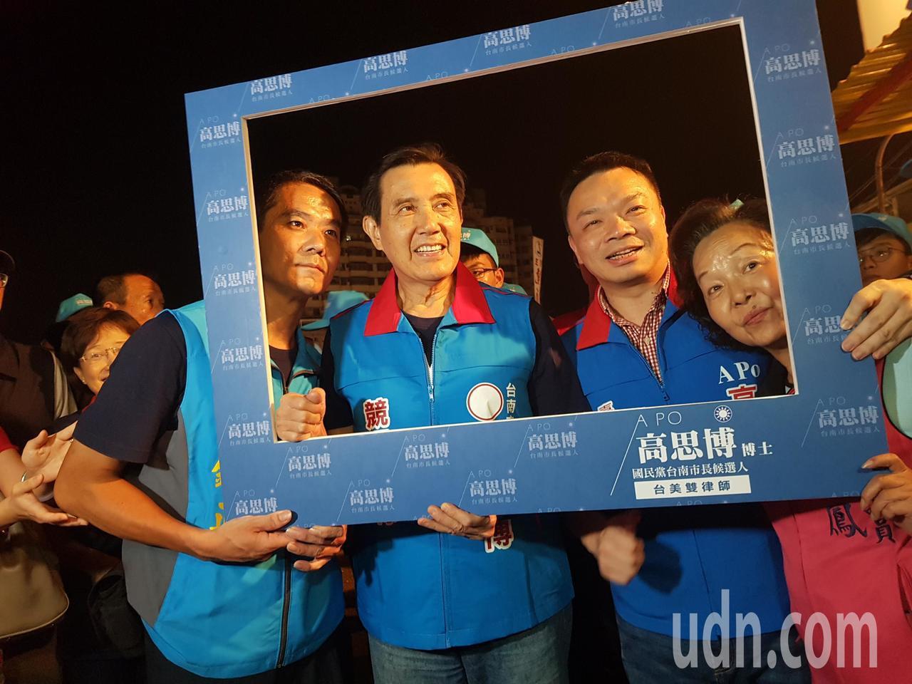 前總統馬英九陪同台南市長參選人高思博,前往武聖夜市掃街拜票。 記者修瑞瑩/攝影