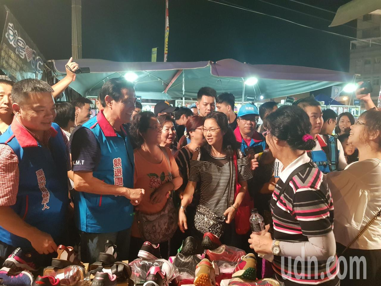 前總統馬英九陪同台南市長參選人高思博,前往武聖夜市掃街拜票。記者修瑞瑩/攝影
