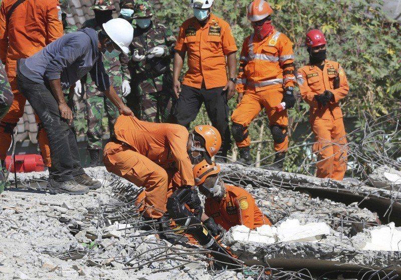 在龍目島,救難人員仍持續設法從瓦礫堆救出生還者。美聯社