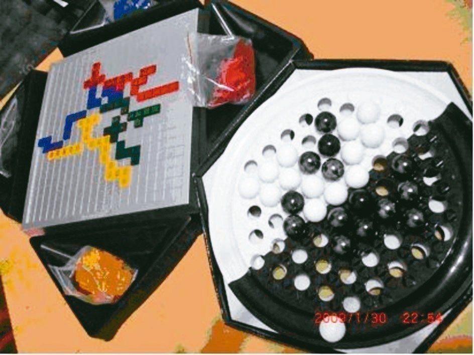 孩子小時候為了訓練他們動腦,我在科博館買了好幾種棋盤,現在角力棋、方塊遊戲、孔明...