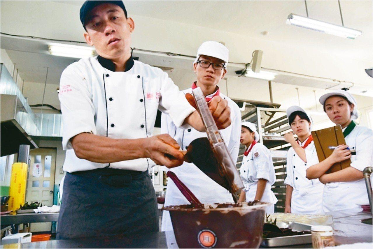 羅東高商是12年國教課綱綜合型高中前導學校,圖為餐飲科上課照片,請巧克力國際競賽...