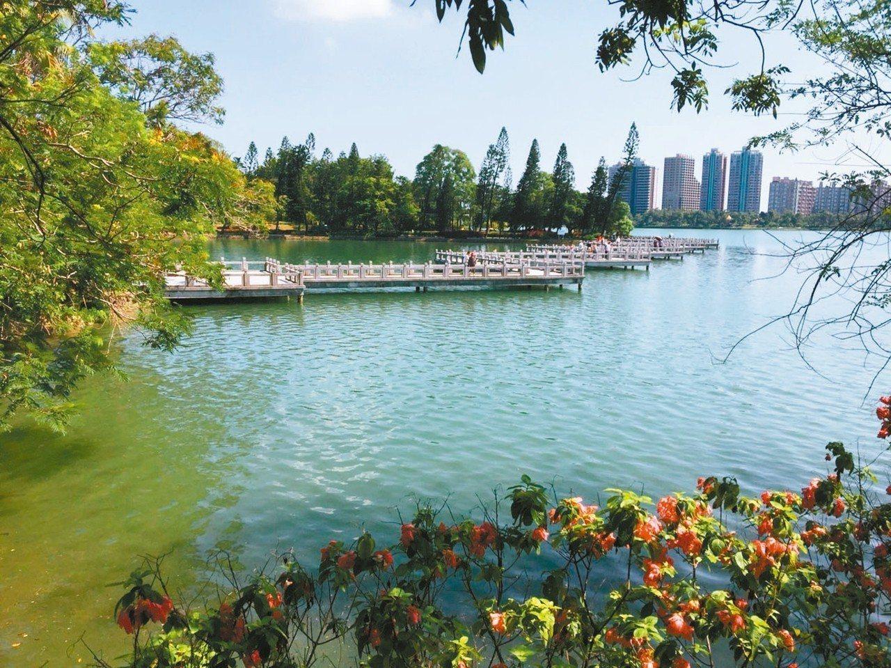 澄清湖幽靜不變,從高雄圓山飯店可沿木棧道徒步而來。 記者羅建怡/攝影