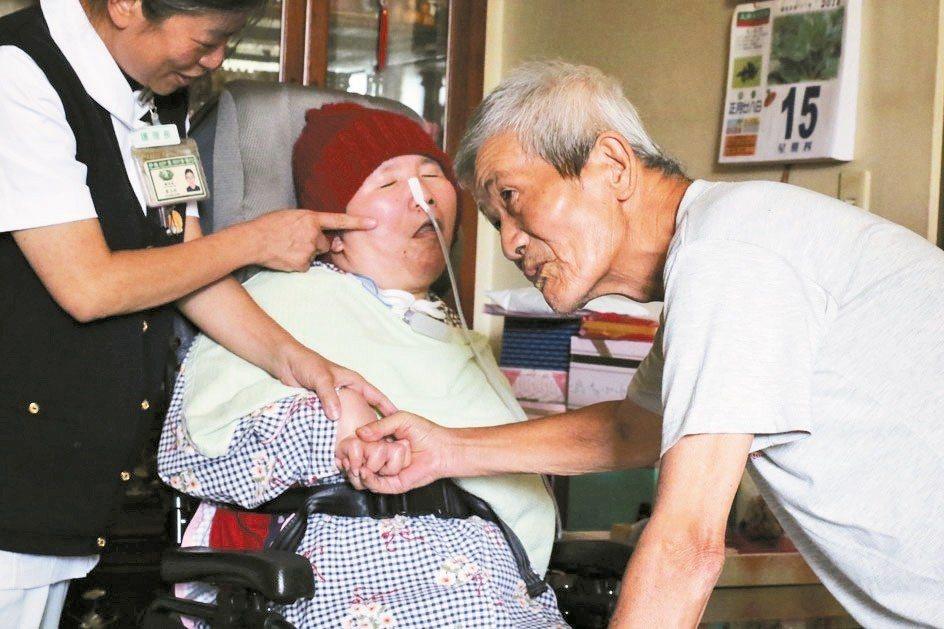 父親節前夕莊嘉慧(中)回烏日家中,莊父(右)仔細看著她的臉,摸摸她的手,眼眶泛淚...