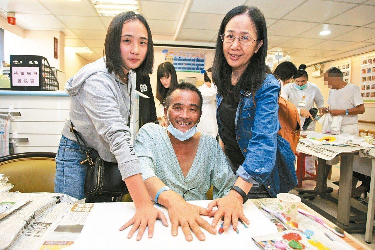 門諾醫院迦南病房趁著父親節舉辦「彩繪T shirt」活動,病友及家屬發揮創意巧思...
