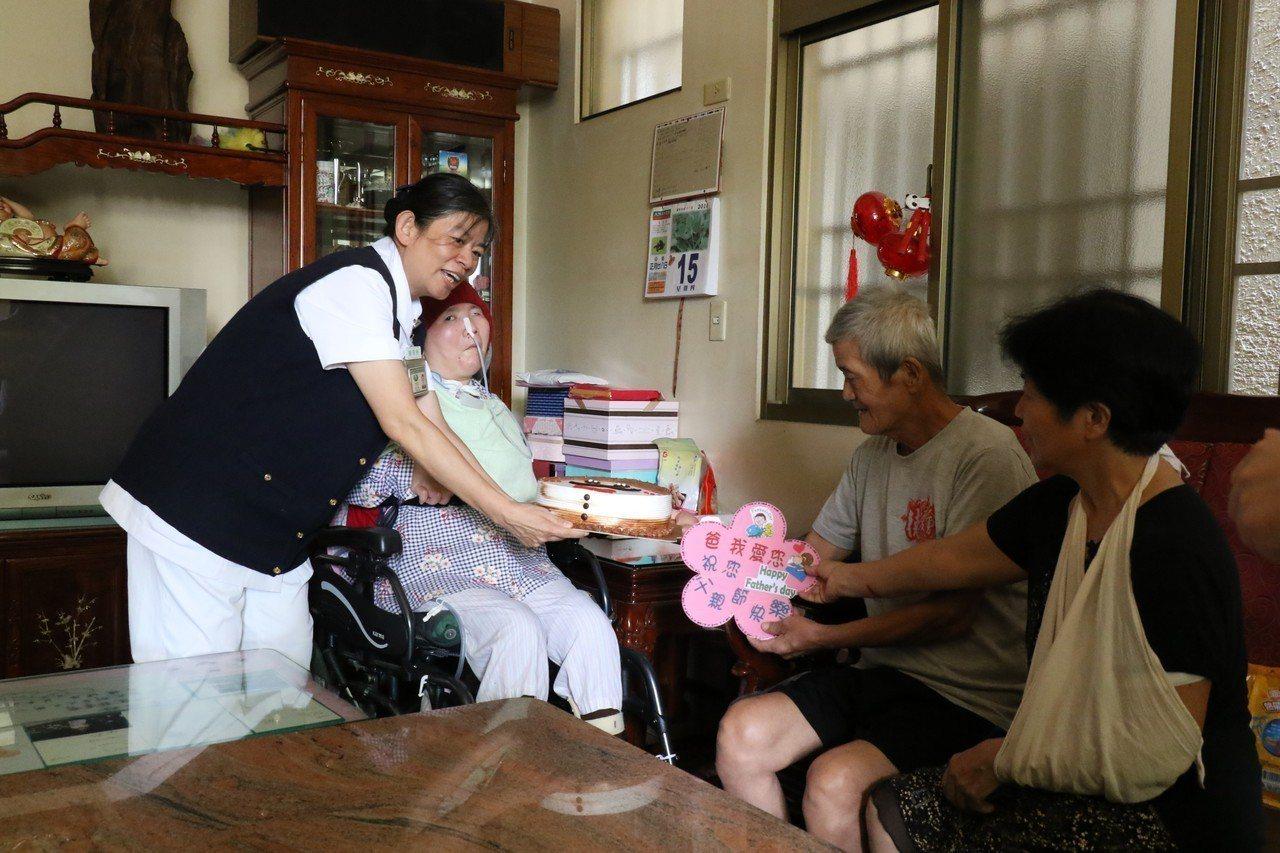 台中慈濟護理之家人員拿出精心準備的父親節蛋糕、手作祝福卡片,眾人唱歌祝賀,莊父許...