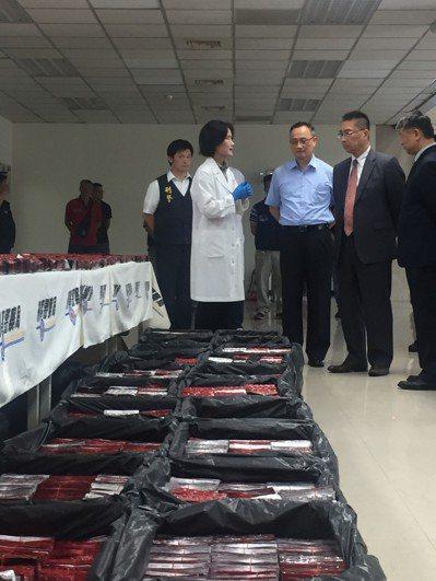 台灣和馬來西亞警方攜手合作,成功截獲偽裝成「活餌箱」出口的一粒眠160萬顆,換算...