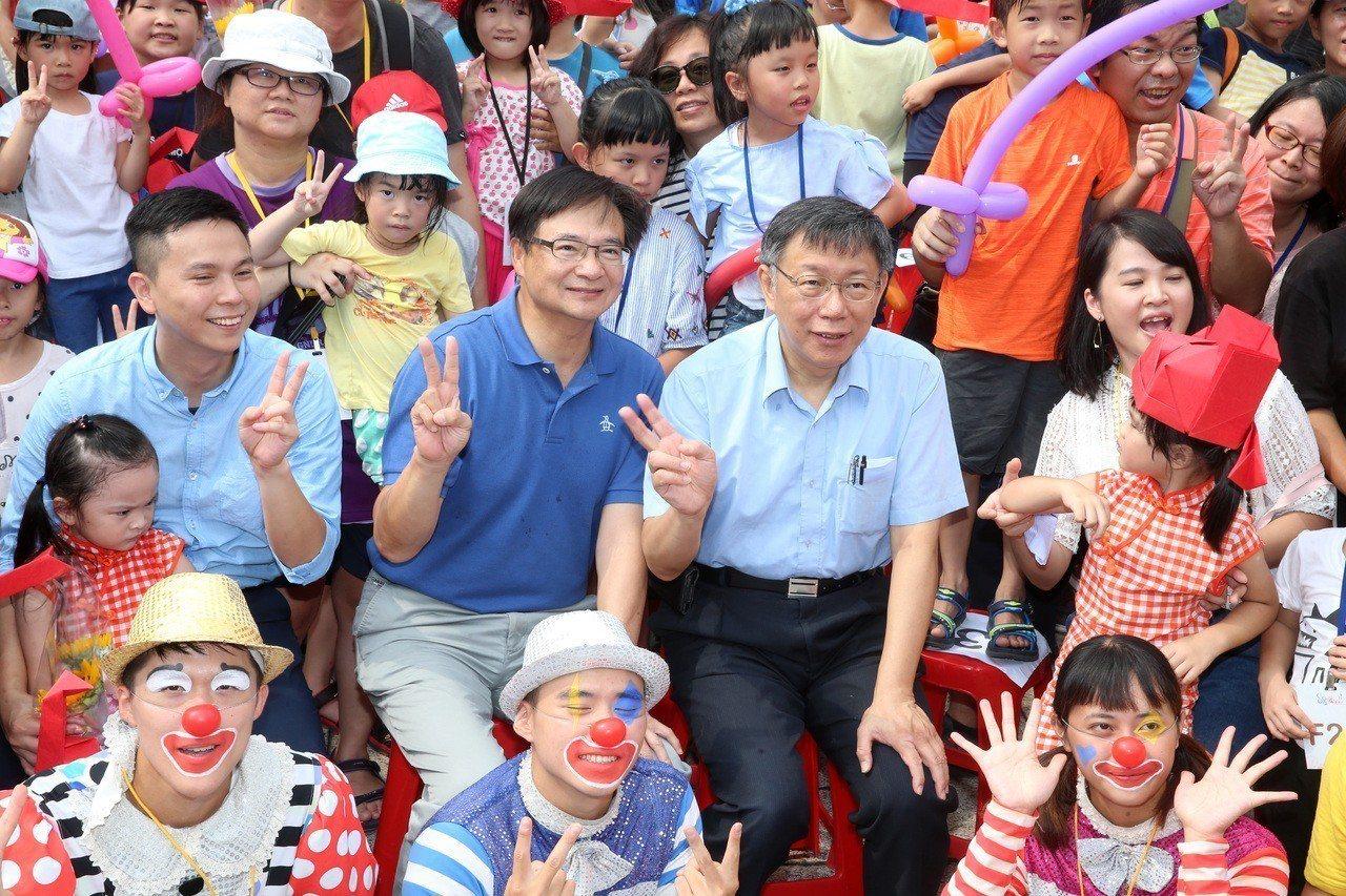 民進黨九月一日起盤點,所有違反黨紀的人都會被處分,台北市民政局長藍世聰(中左)公...