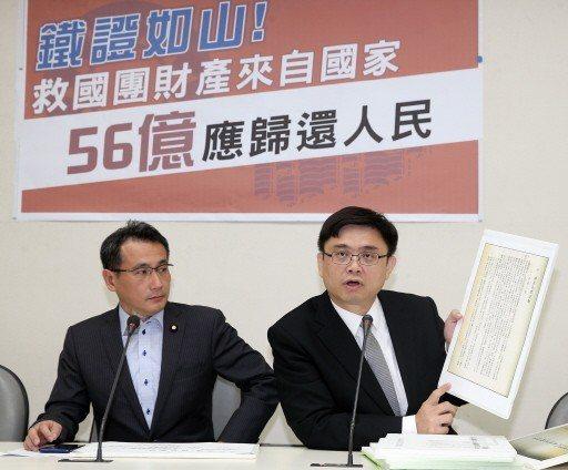 民進黨立委鄭運鵬(左)、賴瑞隆昨天展示多項證據,直指救國團財產來自國家。 記者曾...