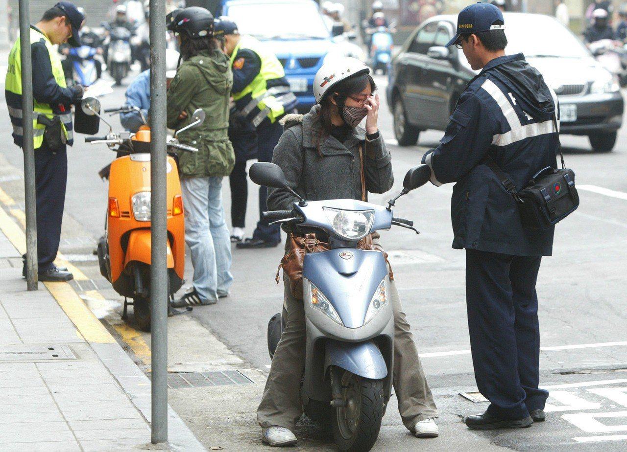 交通部擬規劃違停等交通微罪可先記點、累犯才罰錢的「記帳制」,但遭六都執法機關反對...
