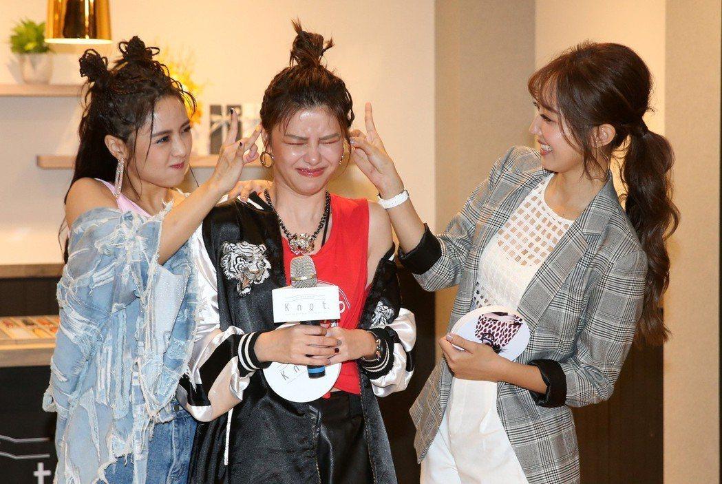 Popu Lady成員大元(左)、洪詩(右)及宇珊(中)今天為鐘錶品牌站台,玩問...