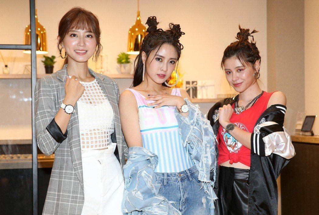 Popu Lady成員大元(中)、洪詩(左)及宇珊(右)今天為鐘錶品牌站台。記者...