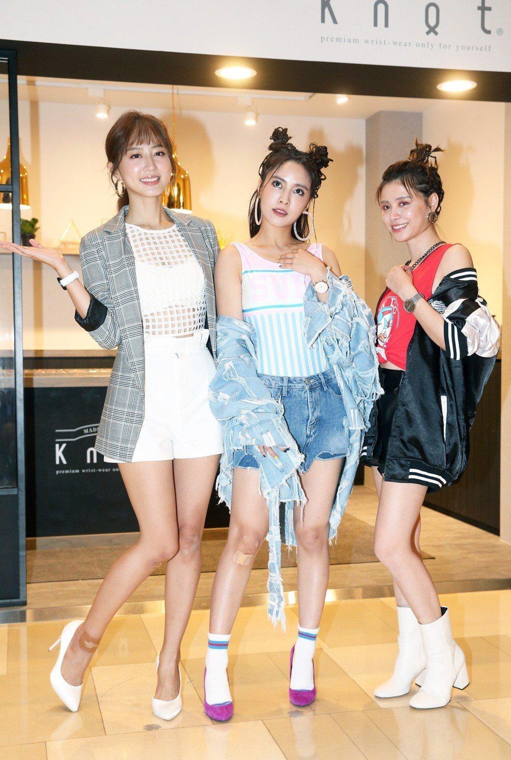 Popu Lady成員大元(中)、洪詩(左)及宇珊(右)為鐘錶品牌站台。記者胡經...
