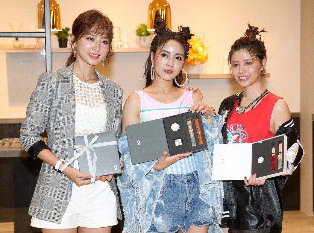 Popu Lady成員大元(中)、洪詩(左)及宇珊(右)為鐘錶品牌站台。記者胡經