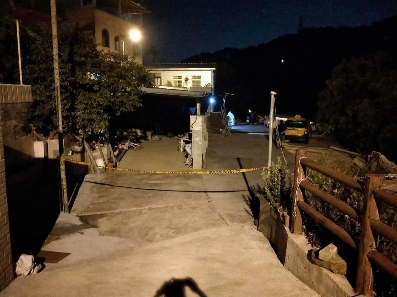 新店晚間傳出2名男子燒炭輕生,警方封鎖現場調查。 記者王長鼎/翻攝