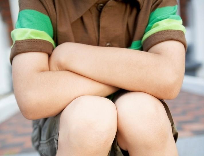 新北市一名患有輕度自閉症的國小男童,因被同學掐捏頸部,受到驚嚇後出拳反擊,班導師...