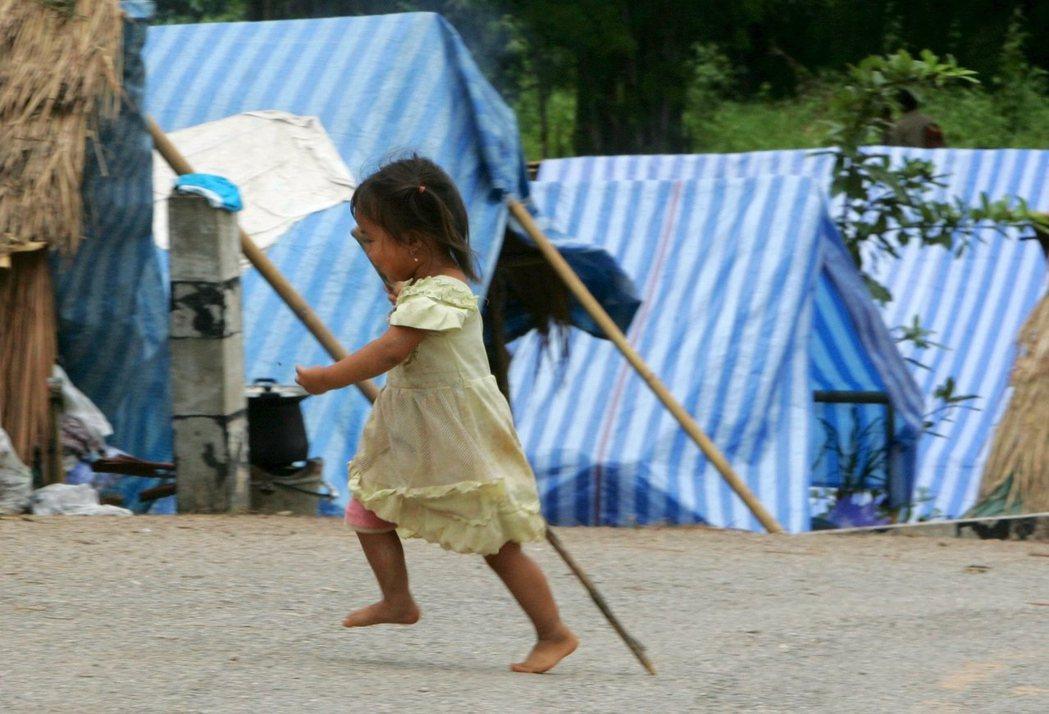 泰國北部一處赫蒙族難民村落的小女孩,這些難民是從寮國逃難而來,許多人沒有國籍。(...