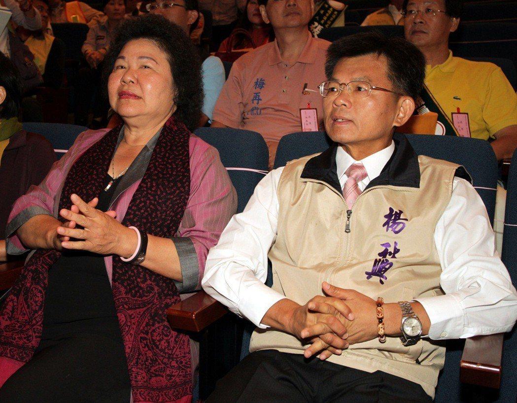 楊秋興(右)兩度參選高雄市長,都敗給「花媽」陳菊。 圖/聯合報系資料照片