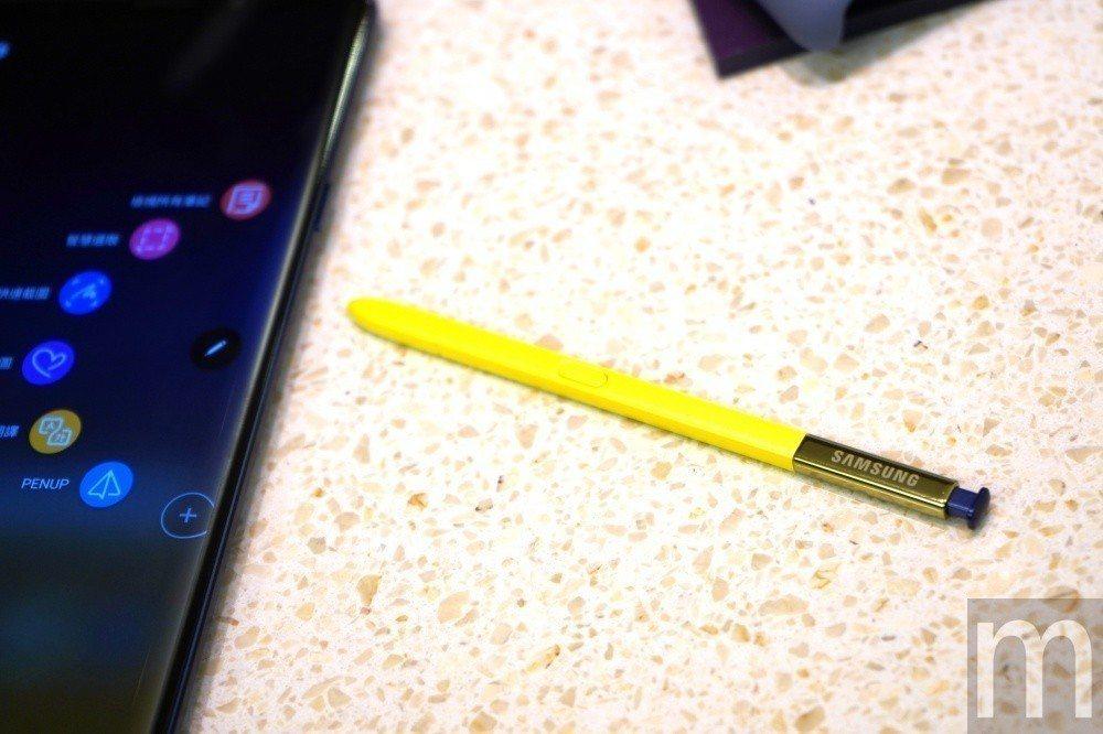 新版S Pen依然維持採用Wacom手寫筆技術,但可額外配合藍牙連接功能,在最遠...
