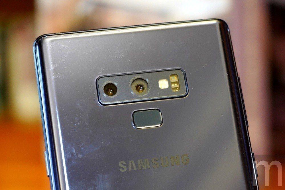 與Galaxy S9+相同的相機模組,但因為配合內部空間放置更大電池需求,因此維...