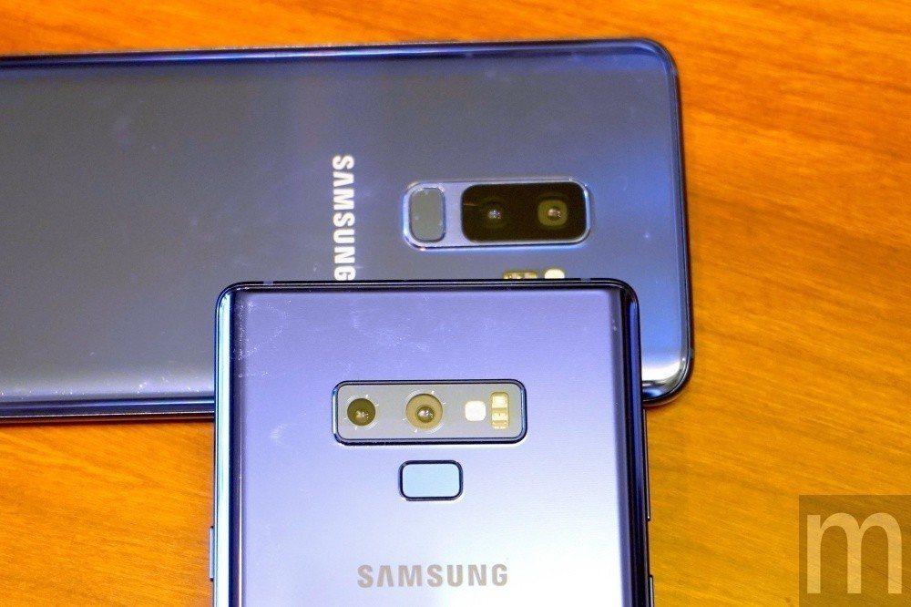 與採相機鏡頭垂直排列的Galaxy S9+比較