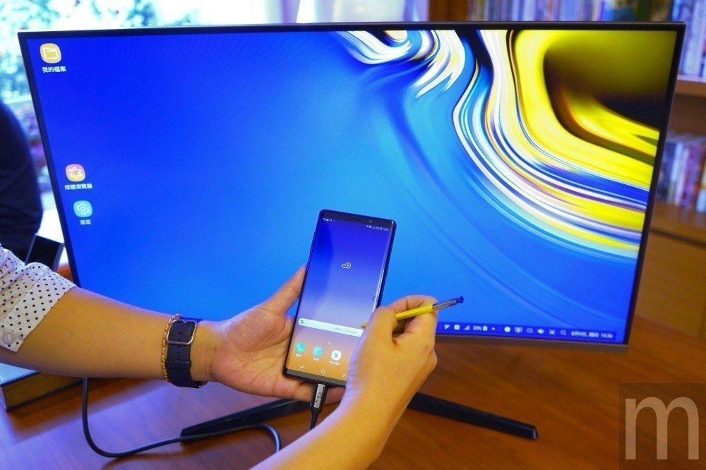 在DeX PC模式使用情況下,Galaxy Note 9螢幕仍可維持手機操作顯示...