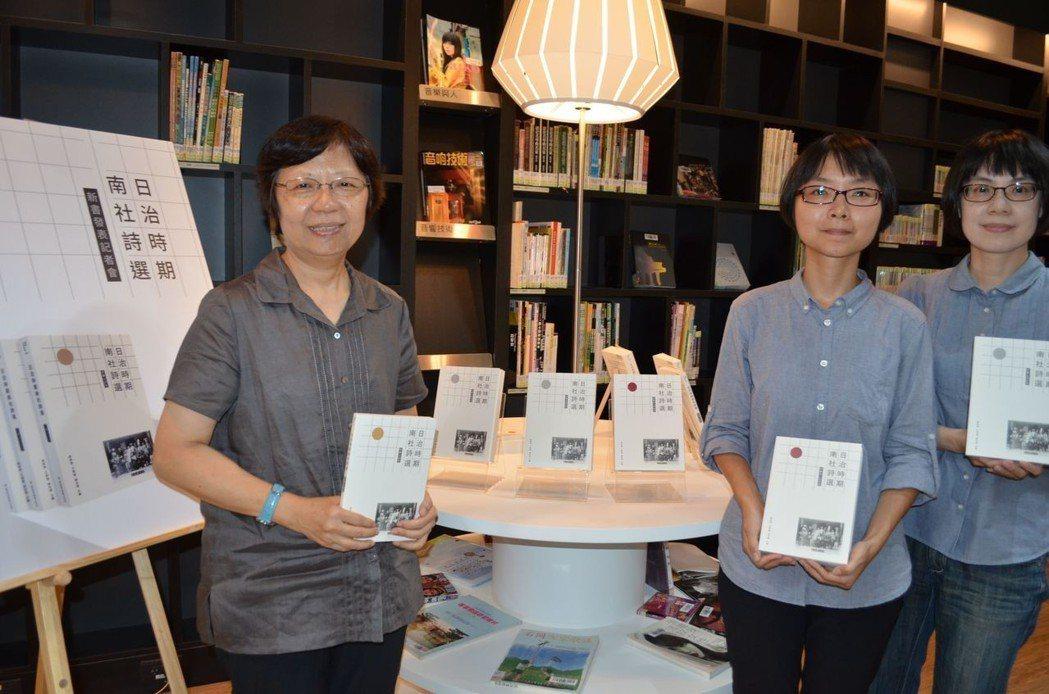 施懿琳教授(左)與編輯群合影。  陳慧明 攝影