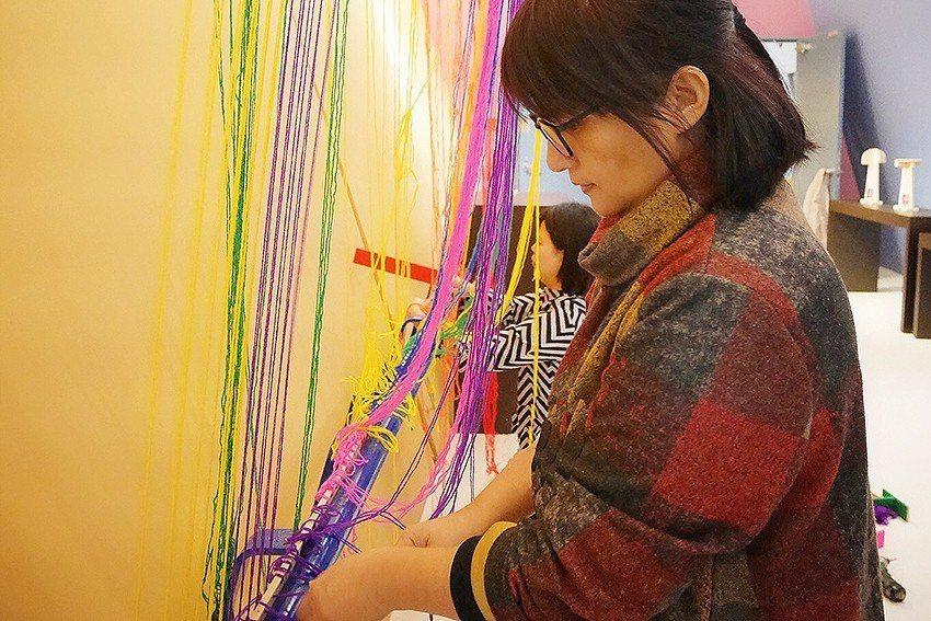 太魯閣族工藝師高雪亮以棉線打造絕美彩虹牆。 十三行博物館/提供