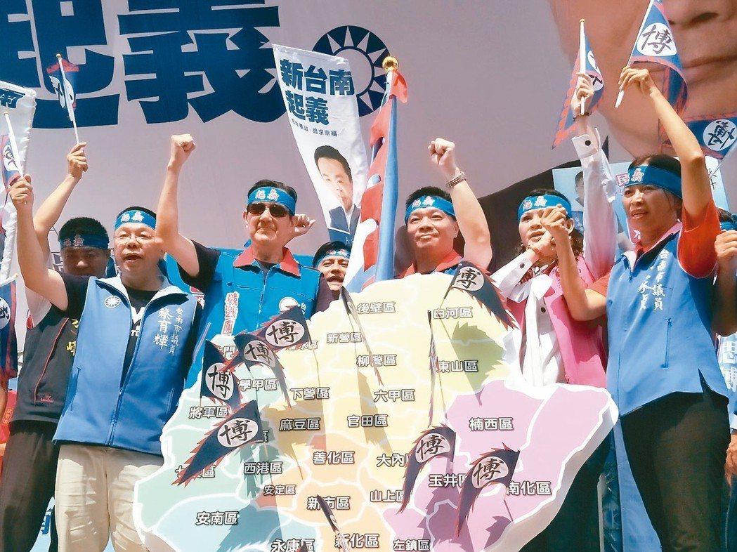 前總統馬英九(前排左二)一行人綁上紅巾,宣示「台南起義」。 記者謝進盛/攝影