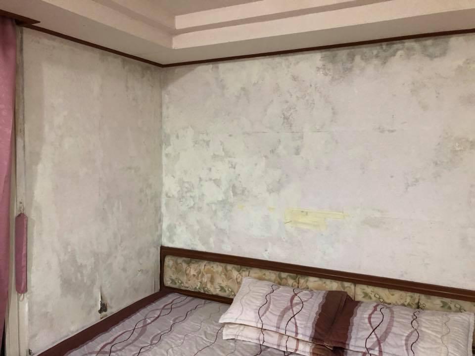 阿里山某間旅社的房間充滿霉味,牆上都是水漬、黴斑,讓網友直搖頭。 圖擷自臉書社團...