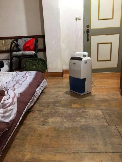 阿里山某間旅社的房間充滿霉味,木地板溼氣重,讓人感到不舒服。 圖擷自臉書社團「爆...