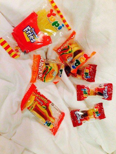 漢堡軟糖連同薯條及可樂軟糖一起搭成套餐 圖片來源/Dcard
