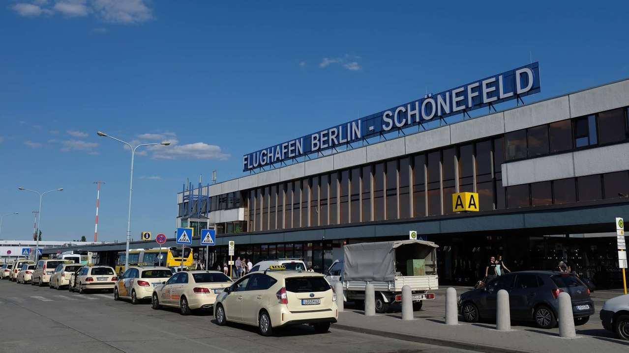 德國柏林舍納費爾德機場(Schönefeld Airport)7日上午傳出旅客攜...
