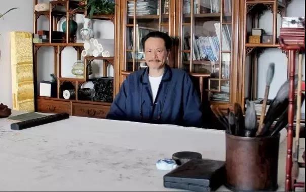 坐於書案前的陳蔭夫先生。