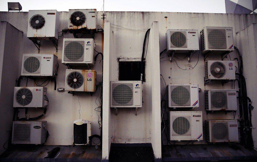 「除將酷暑追列為特別災難外,也得將使用冷氣視為與國民健康及生命息息相關的基本福祉...